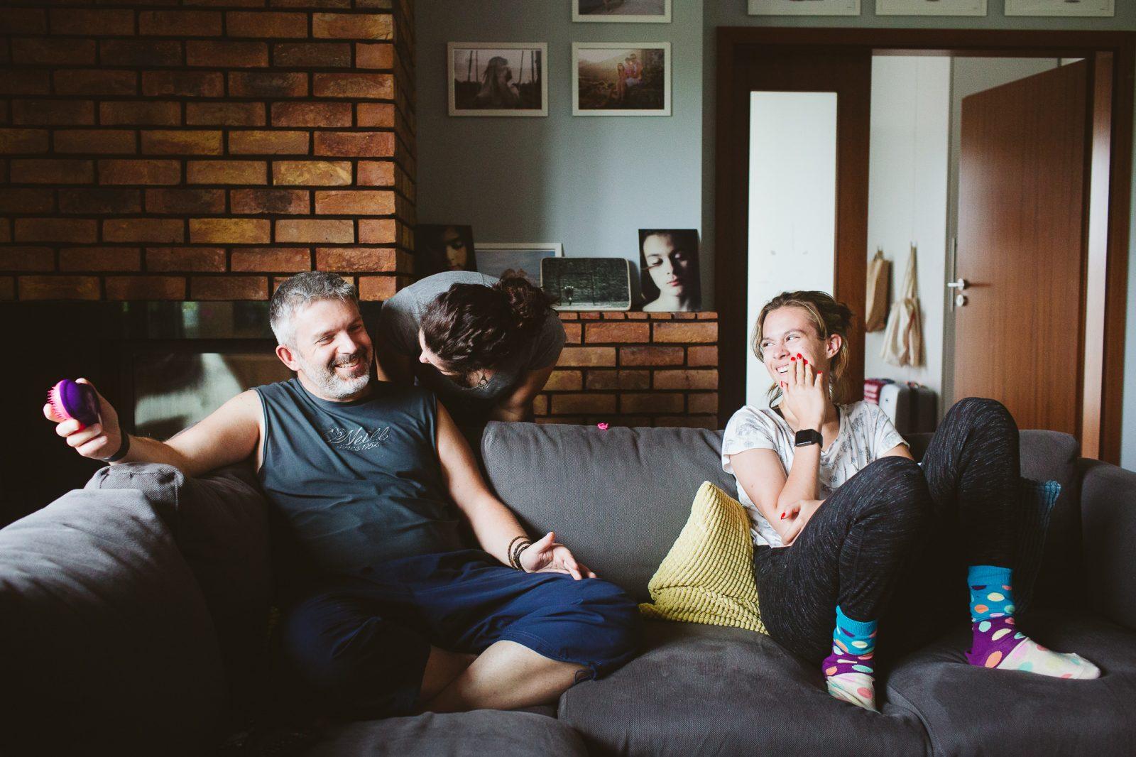 córka i tata śmieją się