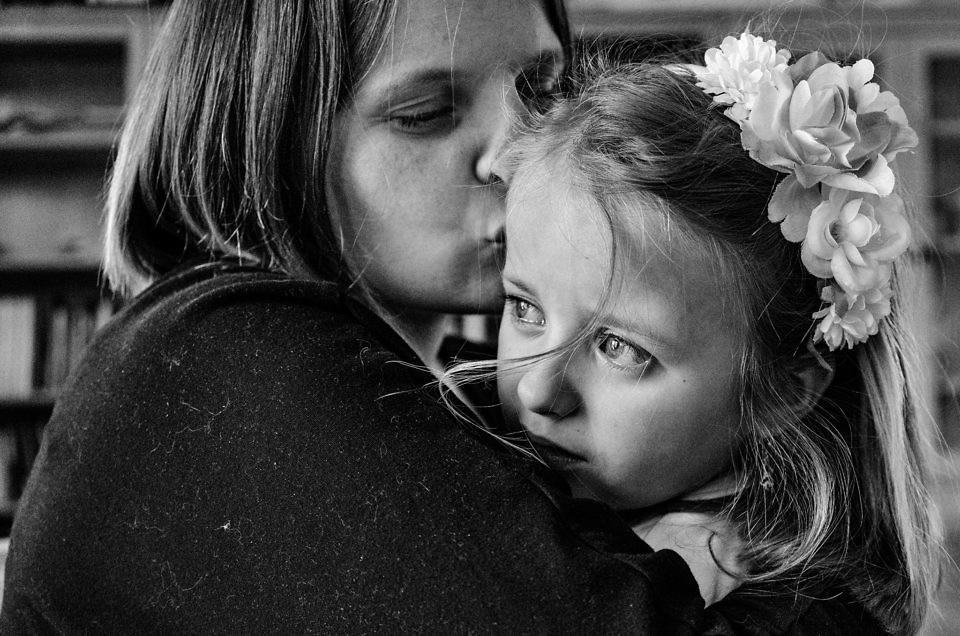Mama przytula córeczkę
