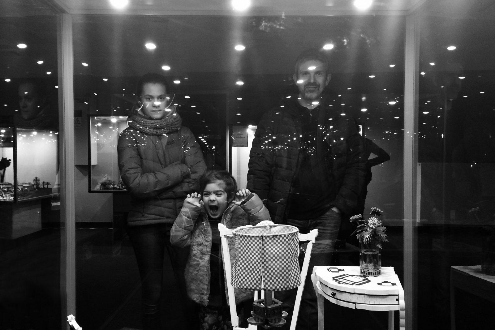 tata z córkami ogląda wystawę