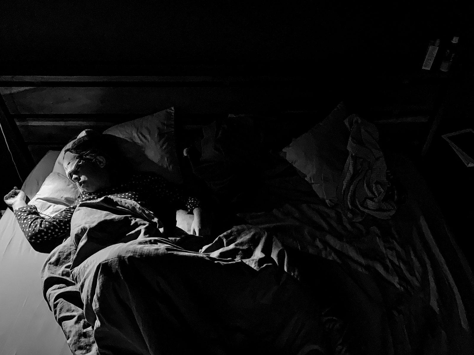 dziewczynka spi w lozku