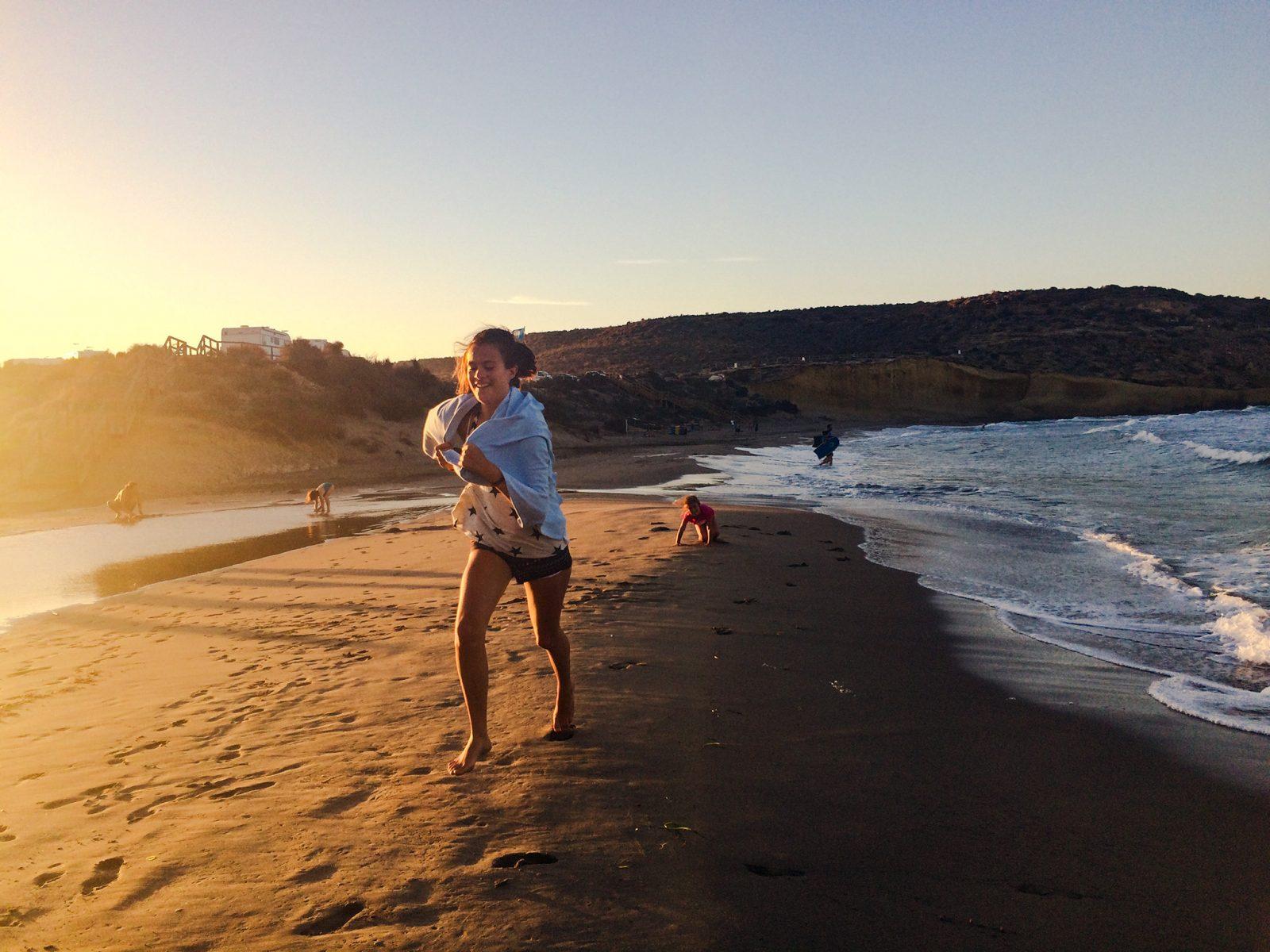 dziewczyna biega po plaży
