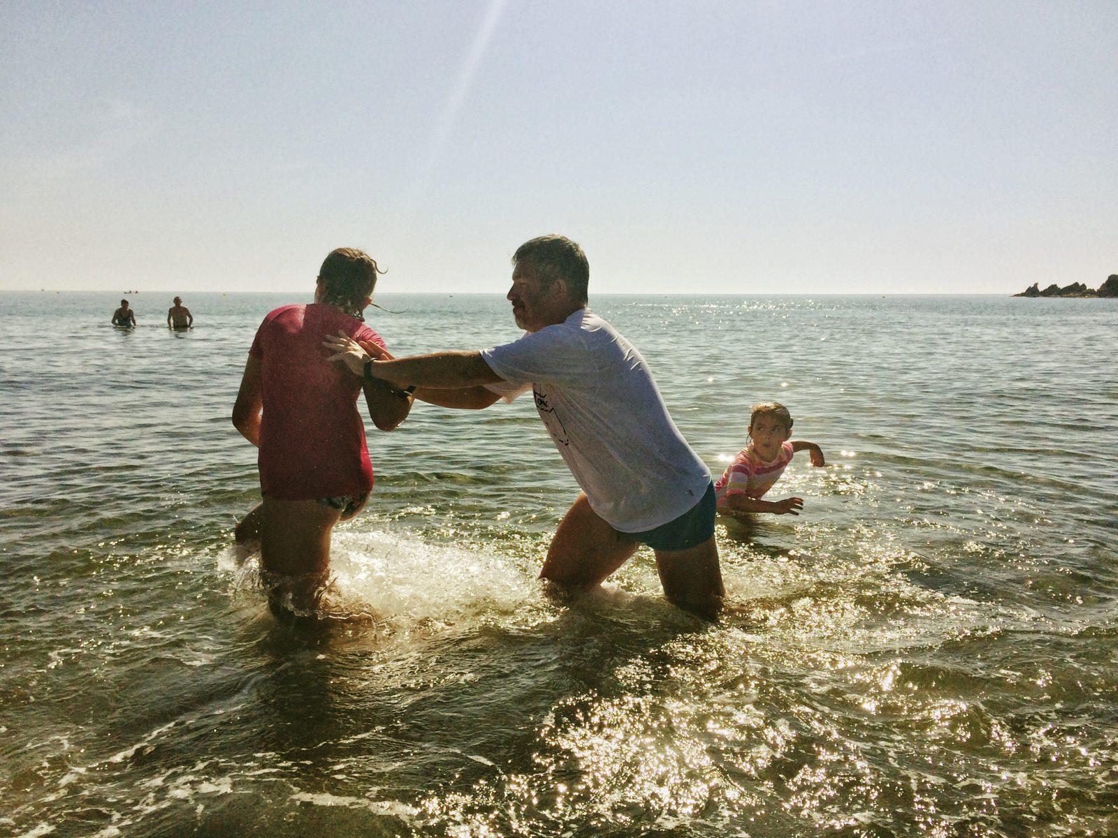 tata i corki kapia sie w morzu